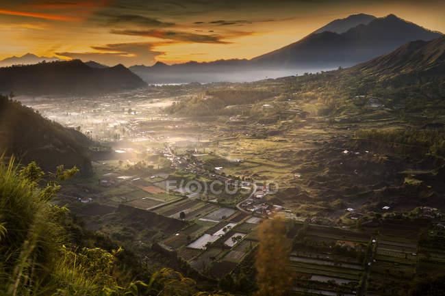 Vue aérienne du village dans la vallée près des montagnes, Bali, Indonésie — Photo de stock
