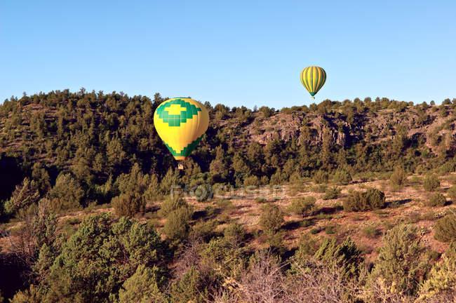 Scenic view of hot air balloons flying over Sedona, Arizona — Stock Photo
