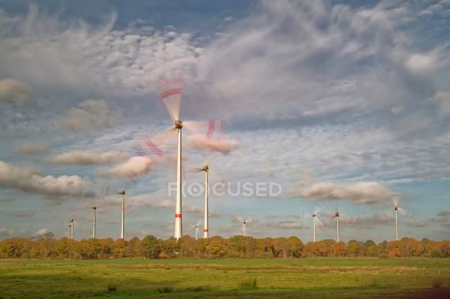 Malerische Aussicht von Windenergieanlagen, Niedersachsen, Germany — Stockfoto