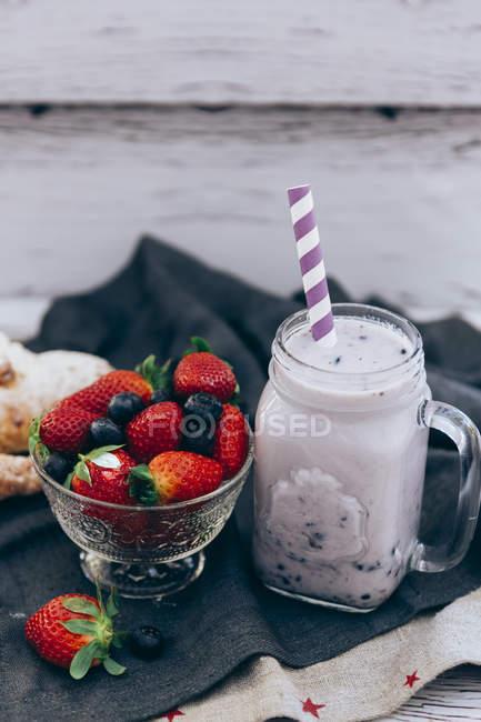 Jarra de batido de frutas de verano con fresas y arándanos - foto de stock