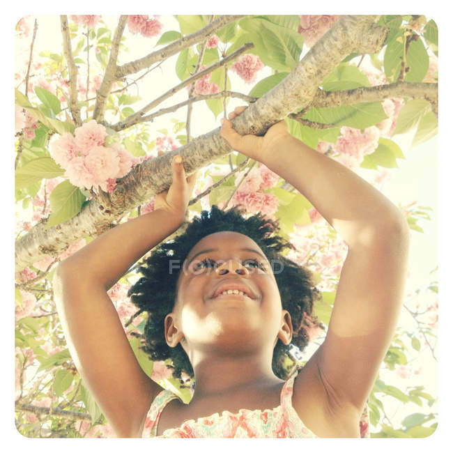 Дівчинка тримає відділення Квітнуче дерево — стокове фото