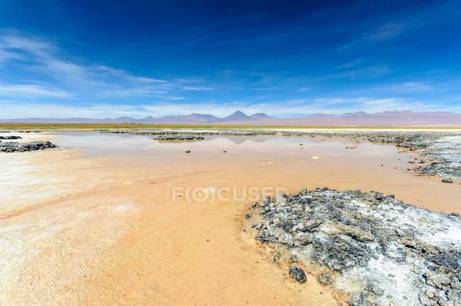 Scenic view of Cejar lagoon with Licancabur volcano in the background, Chile — Stock Photo