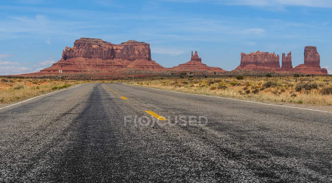 Vue panoramique sur la route vers la frontière de Monument Valley, Arizona, Utah, Amérique, Usa — Photo de stock
