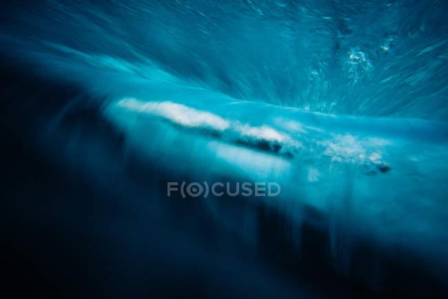 Vue panoramique de la belle vague bleue — Photo de stock