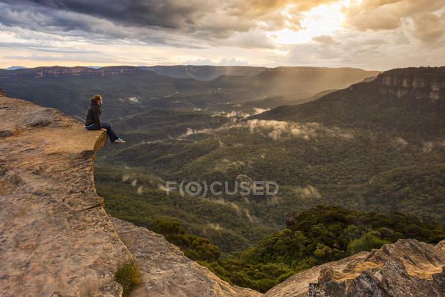 Frau sitzt auf Berg Sims, Blue Mountains National Park, New-South.Wales, Australien — Stockfoto