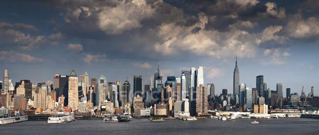 Scenic view of Manhattan city skyline, New York, USA — Stock Photo