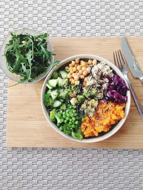 Regenbogen-Salatschüssel mit Süßkartoffeln, Kichererbsen und braunem Reis — Stockfoto
