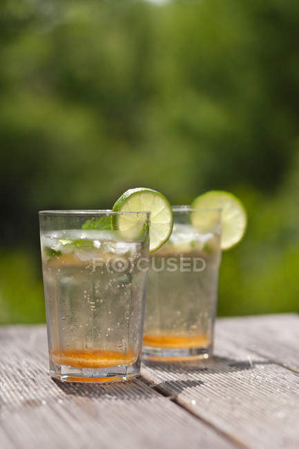 Two glasses of Sparkling water with fresh lime slices — Stock Photo