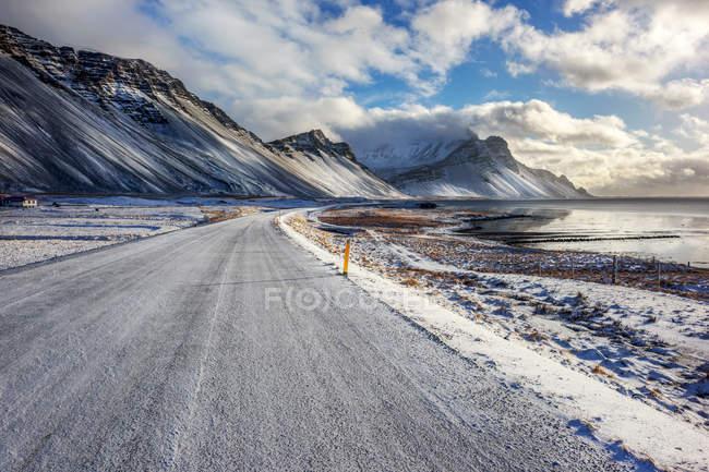 Vista panorámica del camino por el Monte Vestrahorn, Hornafjordur, Islandia - foto de stock