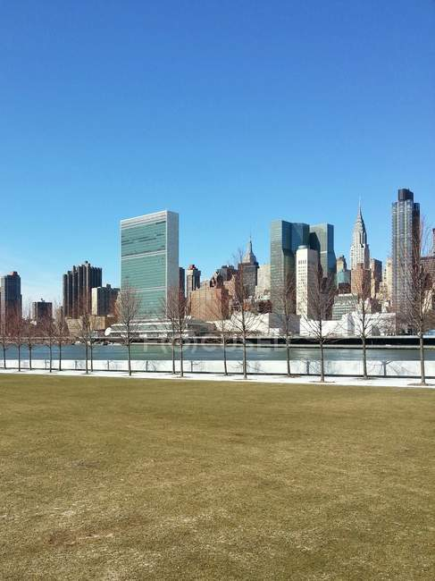 Vue panoramique sur les toits de Manhattan avec United Nations Building, Manhattan, New York, ÉU — Photo de stock