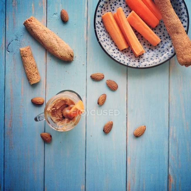 Spuntino sano con burro di mandorle fatti in casa, vista dall'alto — Foto stock