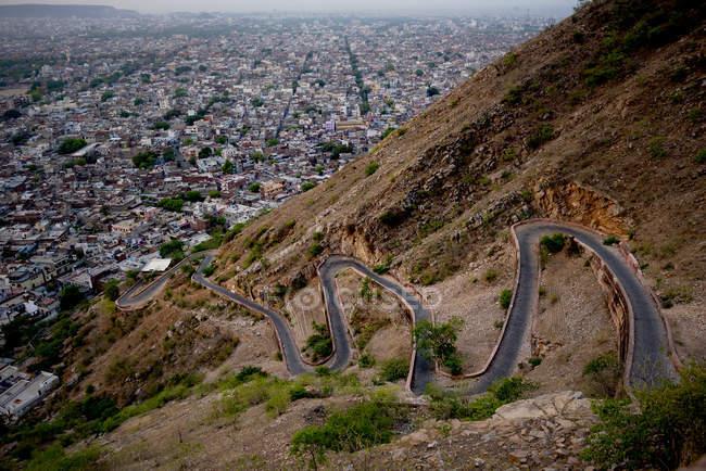 Vue panoramique de la switchback road et de la ville de Jaipur à partir de Tiger Fort, Rajasthan, Inde — Photo de stock