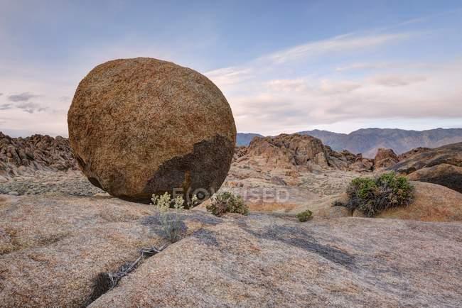 Riesige runde Felsen in der Wüste, Alabama Hügel, Kalifornien, Amerika, USA — Stockfoto