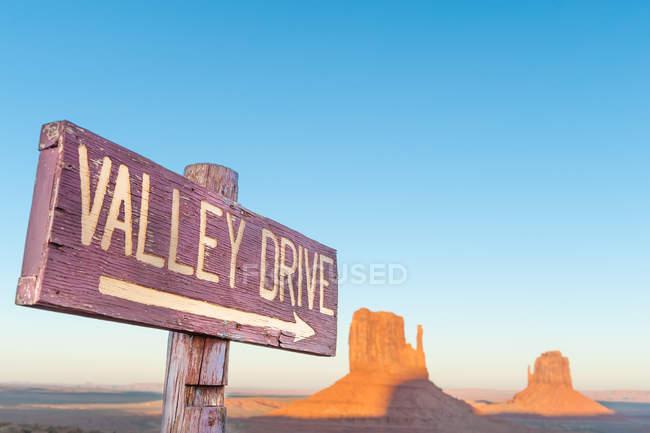 Vue panoramique du signe Valley Drive, Monument Valley, Utah, Usa — Photo de stock