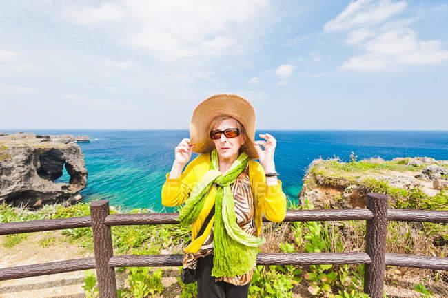 Cappello donna in mano a Capo Manzamo, Okinawa, Giappone — Foto stock