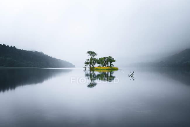 Island in a lake surrounded by mountains, Sligo, Ireland — Stock Photo