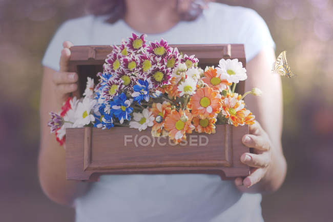 Close-up de Mulher segurando caixa de flores — Fotografia de Stock