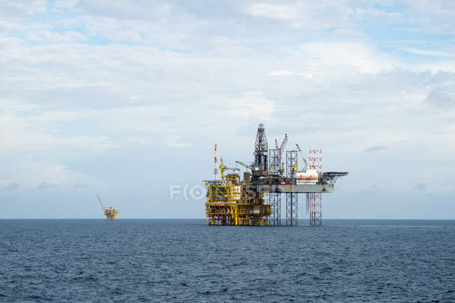 Drilling operation between Jack up and Oil processing platform at sea — Stock Photo