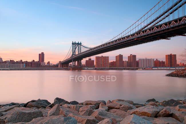 Vista panorámica del puente de Manhattan a través del East River, Nueva York, América, EE.UU. - foto de stock