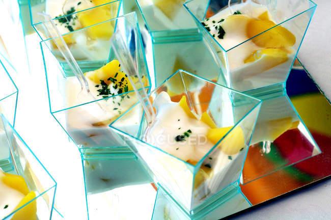 Окремі частини картопляний салат з майонезом, прикрасити зеленню — стокове фото