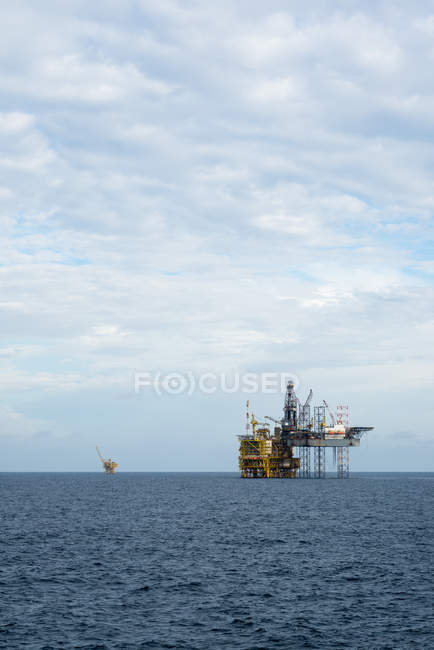 Vue panoramique de la plate-forme offshore jack up en mer — Photo de stock