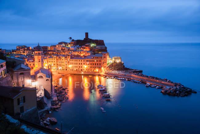 Italie, Ligurie, Cinque Terre, vue majestueuse sur la belle Vernazza — Photo de stock