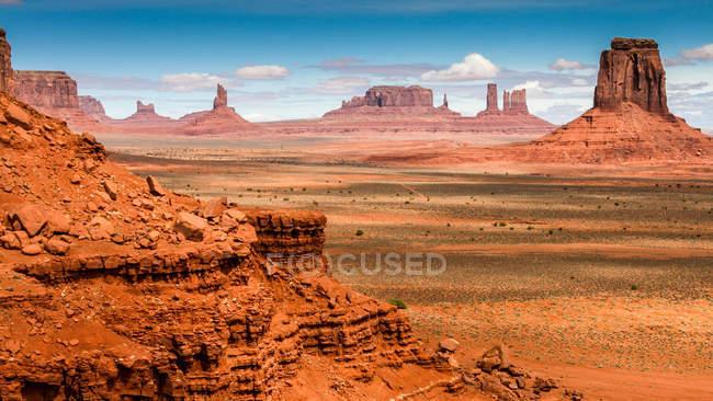 Paysage avec des formations rocheuses, Monument Valley, Arizona et Utah frontière Usa — Photo de stock