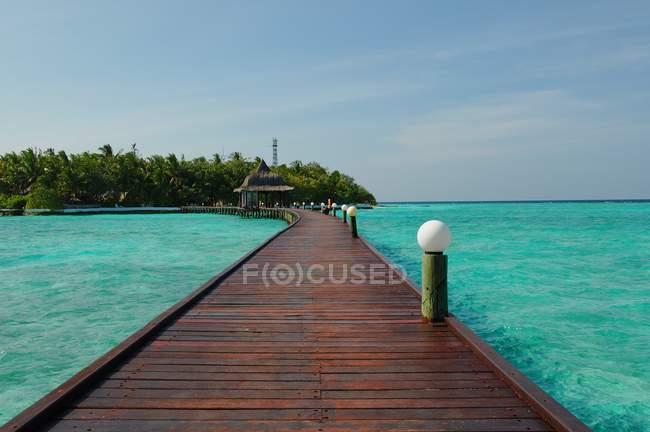 Живописный вид на бирюзовые воды и деревянный причал, Мальдивы — стоковое фото