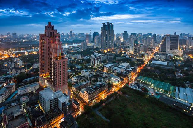 Vista panorámica de la ciudad por la noche, Bangkok, Tailandia - foto de stock