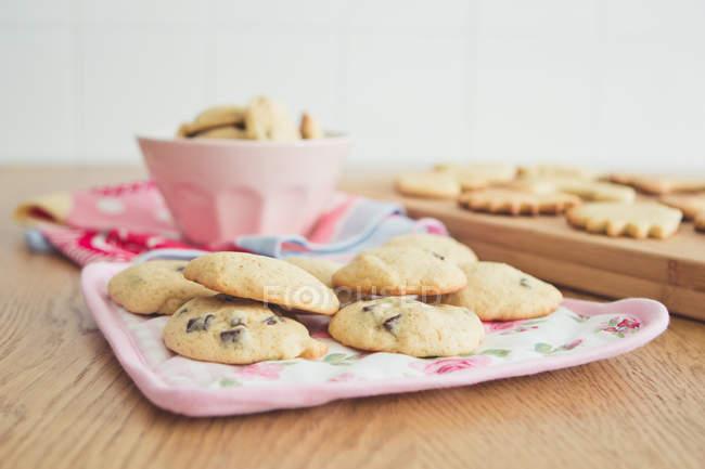 Vista dei biscotti fatti in casa all'uvetta su piatto — Foto stock