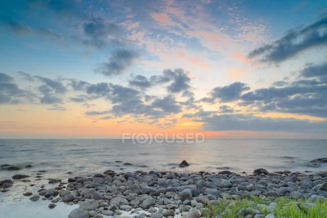 Danemark, Bornholm, vue panoramique sur le magnifique coucher de soleil sur la mer — Photo de stock