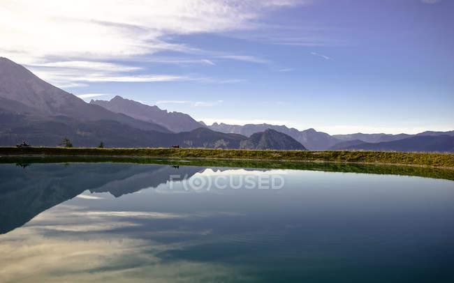 Deutschland, Bayern, Spiegelbild der alpinen Gebirgszug auf klaren Alpensee — Stockfoto
