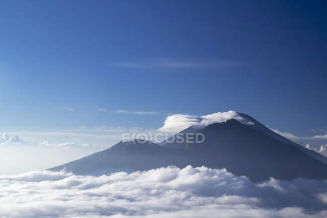 Індонезія, Балі, братом і Агунг вулканів в хмарах — стокове фото