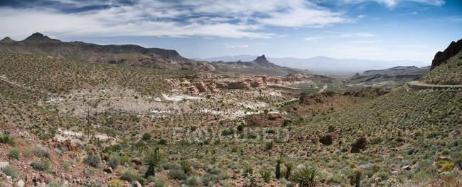 USA, vaste vallée désertique de Californie, Route 66, entre des formations rocheuses — Photo de stock