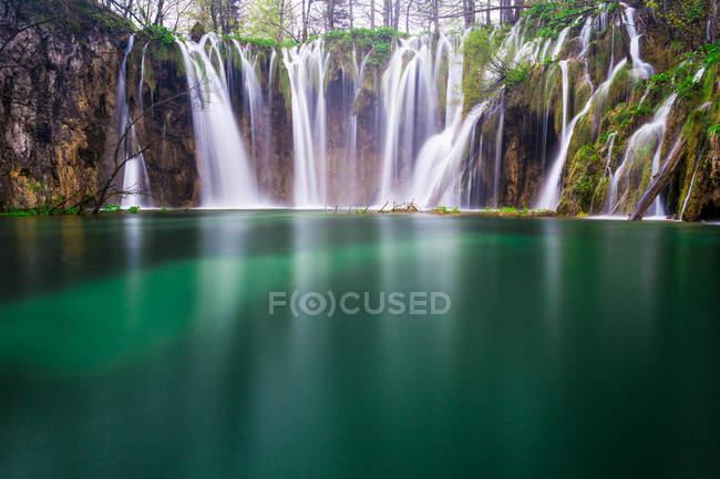 Majestosa vista dos fascinantes lagos de Plitvice, Parque Nacional dos Lagos de Plitvice, Croácia — Fotografia de Stock