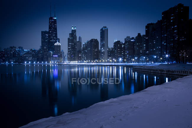 Skyline von North Avenue Strand in der Winternacht gesehen, Chicago, illinois, USA — Stockfoto