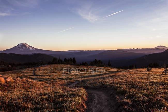 Vista panorâmica da trilha nas montanhas majestosas — Fotografia de Stock
