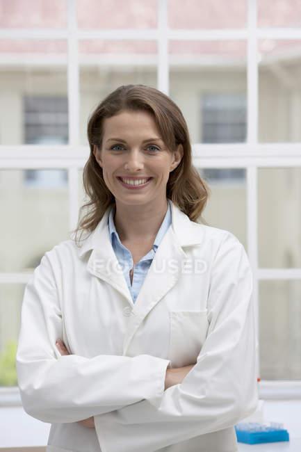 Portrait d'une femme caucasienne adulte confiante au travail en laboratoire — Photo de stock