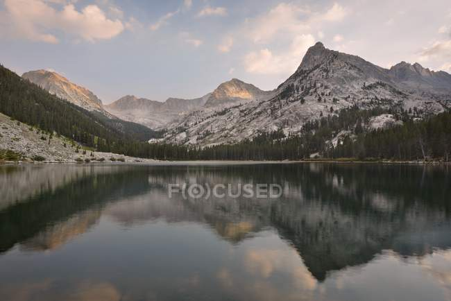 Vista panoramica delle riflessioni nel lago orientale, Kings Canyon National Park, Stati Uniti — Foto stock