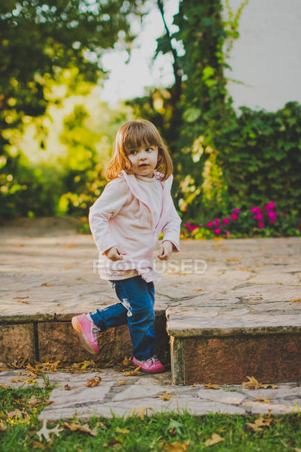 Portrait of girl looking sideways in park — Stock Photo