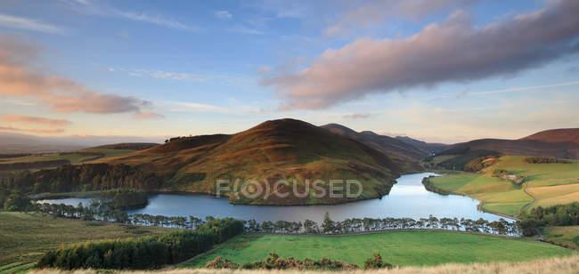 Pentland Hills aus gesehen, über Hügel und Glencorse Reservoir, Auchendinny, Midlothian, Scotland — Stockfoto
