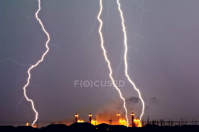 Vista panorámica del rayo de trueno sobre la central eléctrica, EE.UU., Arizona, Arlington - foto de stock