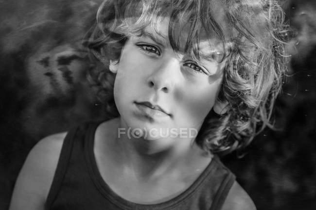 Портрет молодого мальчика с вьющимися волосами — стоковое фото