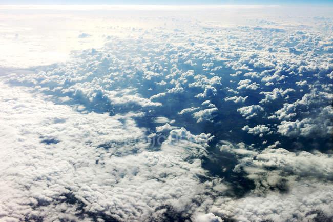 Vista panorámica de las nubes de cirrocumulus desde arriba - foto de stock