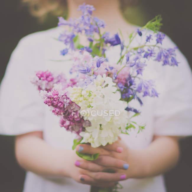 Imagen de torso de muchacha con ramo de flores - foto de stock