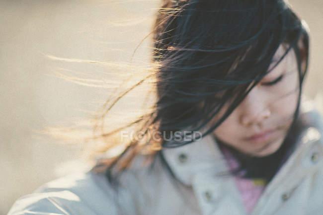 Portrait de jeune fille aux cheveux noirs journée venteuse — Photo de stock