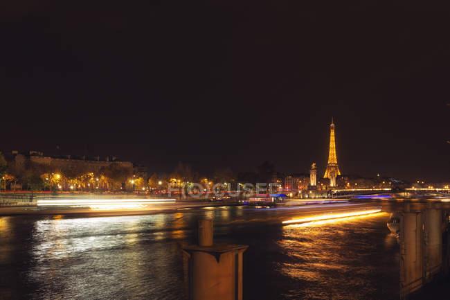Vue panoramique de la Tour Eiffel de nuit, Paris, France — Photo de stock