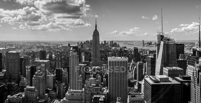 Paisaje urbano centro elevado, monocromo, ciudad de Nueva York, Nueva York, Estados Unidos - foto de stock