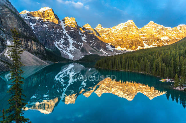 Mountains reflecting in calm lake at sunrise, Canada, Banff National Park, Canadian Rockies — Stock Photo