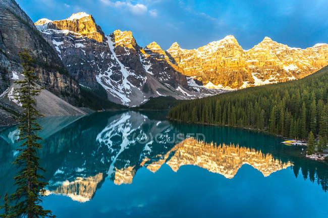 Montagne che si riflettono nel lago calmo all'alba, Canada, Banff National Park, Canadian Rockies — Foto stock
